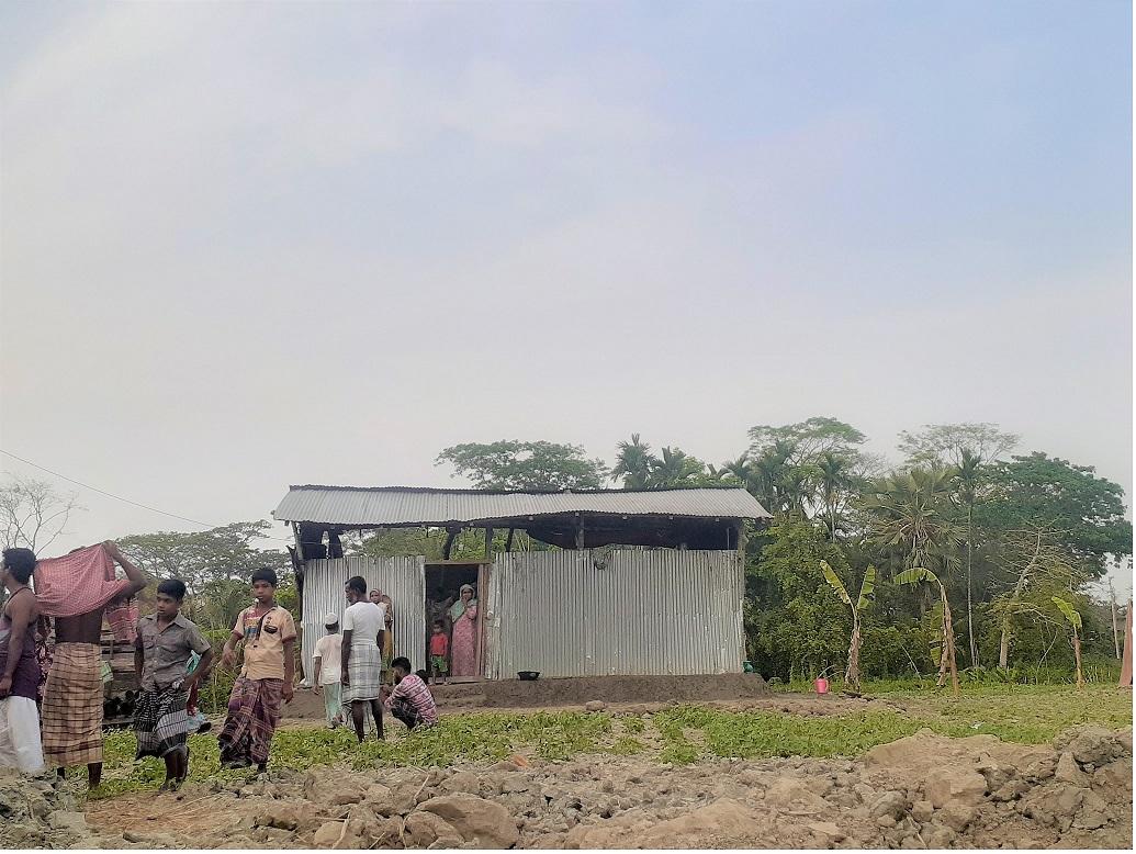 চরফ্যাসনের দক্ষিণ আইচায় কৃষকের জমিতে জোরপূর্বক ঘর নির্মাণ